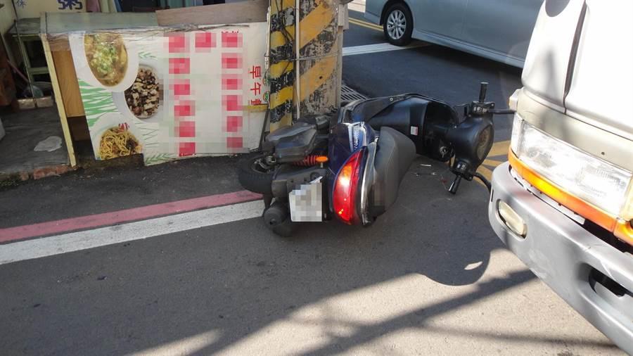 兩名外籍移工發生車禍後落跑,只於下被撞倒的機車。(馮惠宜翻攝)