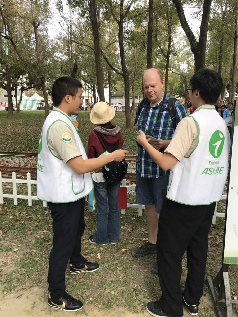國外友人來台中參觀花博,精通外語的役男服務隊可以協助翻譯導覽。(盧金足翻攝)