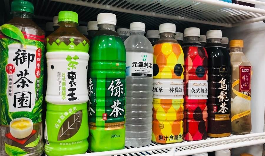 美廉社自有品牌「VV元氣純水」以6元的超高CP值,奪下飲品銷售冠軍寶座,一個月可賣出50萬瓶。(圖/業者提供)