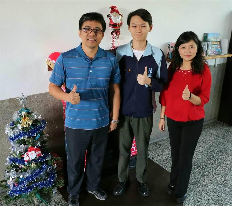 陸興中學張皓(中)獲全國高中數理及資訊學科能力競賽生物科一等獎殊榮。(林和生翻攝)