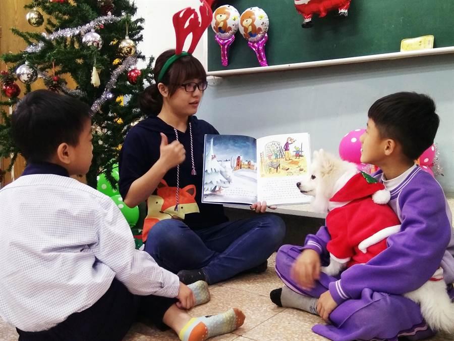 身心障礙學童抱著狗醫生Puni,專心聽著老師唸故事。(吳岳修攝)