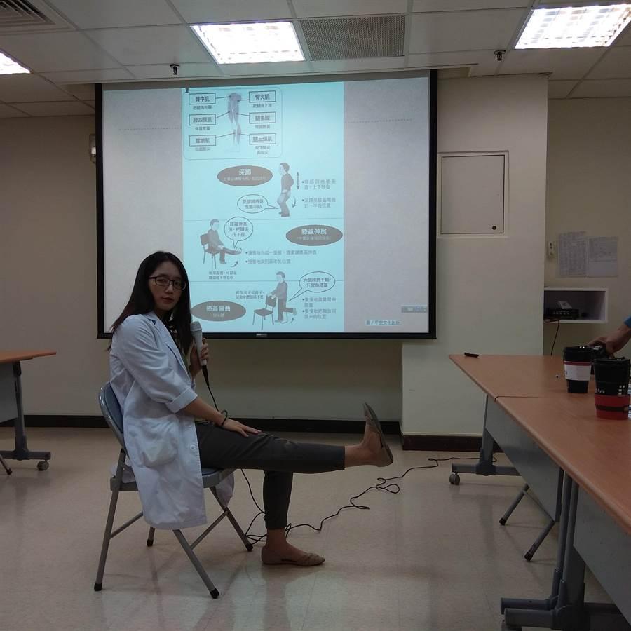 規律運動對預防衰弱症也有顯著效益,麻豆新樓醫院家醫科醫師黃毓凌示範膝蓋伸展運動。(劉秀芬攝)