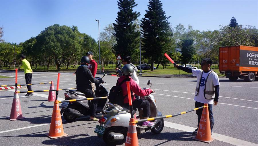 東華學生因應下學期校方推出門禁系統,進行人工模擬一分鐘通過12輛車。(許家寧翻攝)