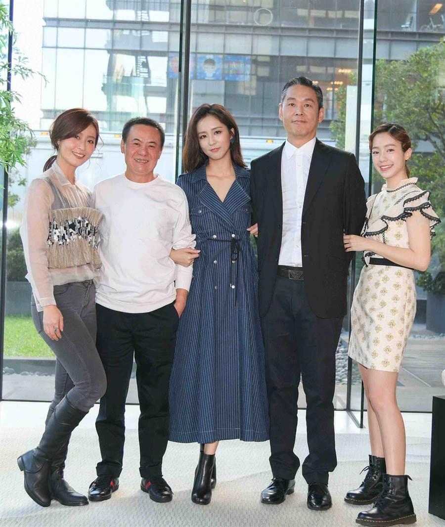 蔡振南劇中有三個漂亮女兒周曉涵、林昀希、陳天仁。周曉涵高大帥氣的爸爸也現身(三立)