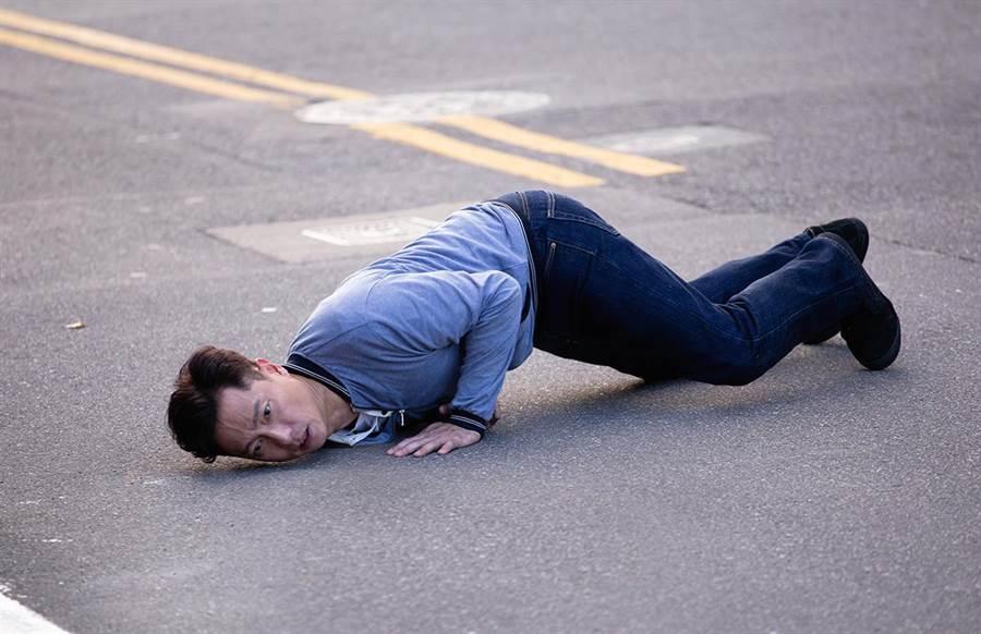謝祖武在柏油路上翻滾數圈。(TVBS)