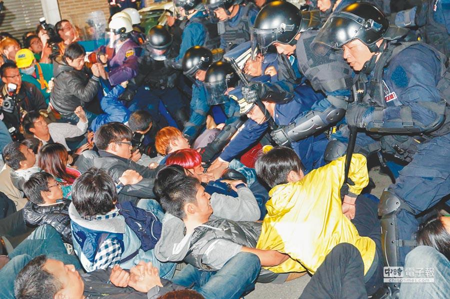 2014年318太陽花學運後,3月23日上百民眾及學生夜闖行政院,凌晨被驅離。此後,服貿協議擱置迄今。台灣經濟不振,亂象叢生,民進黨大選慘敗,這恐都是肇因。(本報資料照片)