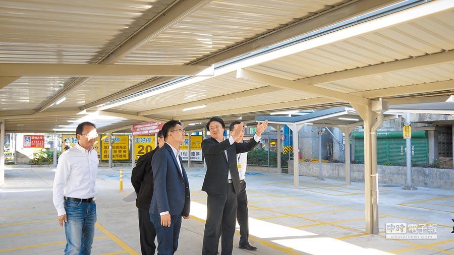 基隆火車站南站停車場機車遮雨棚工程近期完工,市長林右昌(右二)19日與立委蔡適應(右三)及台鐵局代表到場會勘。(張穎齊翻攝)