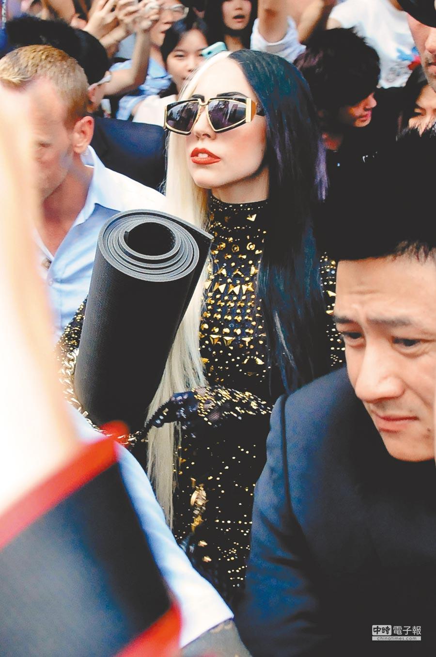 數年前Lady Gaga來台曾至PURE YOGA練瑜伽,她帶著廠商送的瑜伽墊離開時幾乎癱瘓台北市東區的交通。(本報資料照)
