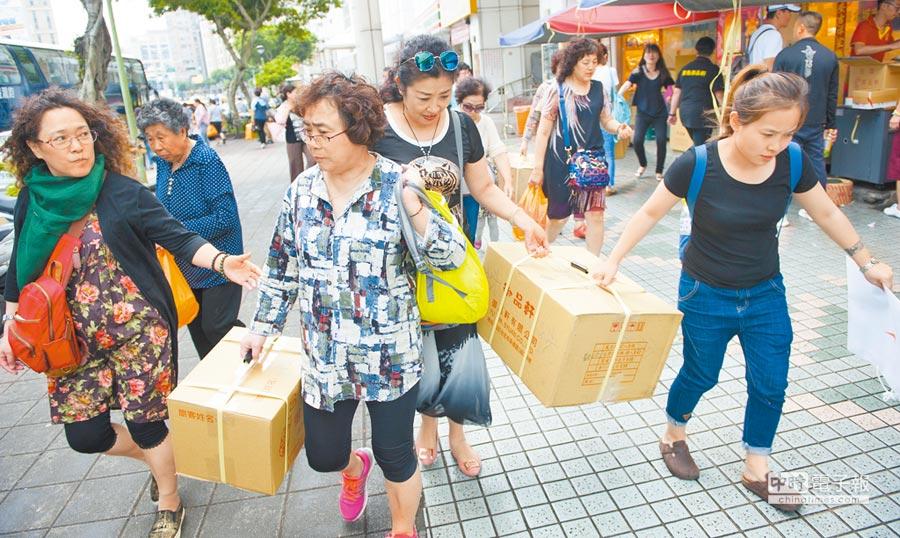 雙城論壇主打拚經濟。圖為來台灣旅遊的陸客在特產店購物後打包,準備帶回家鄉。(本報系資料照片)