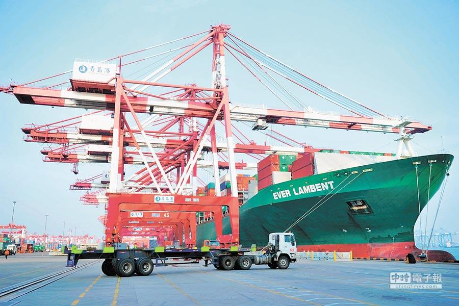 中美貿易會談預定明年1月舉行。圖為2017年1月13日,青島港外貿貨櫃碼頭一艘貨輪裝卸貨櫃。(新華社資料照片)