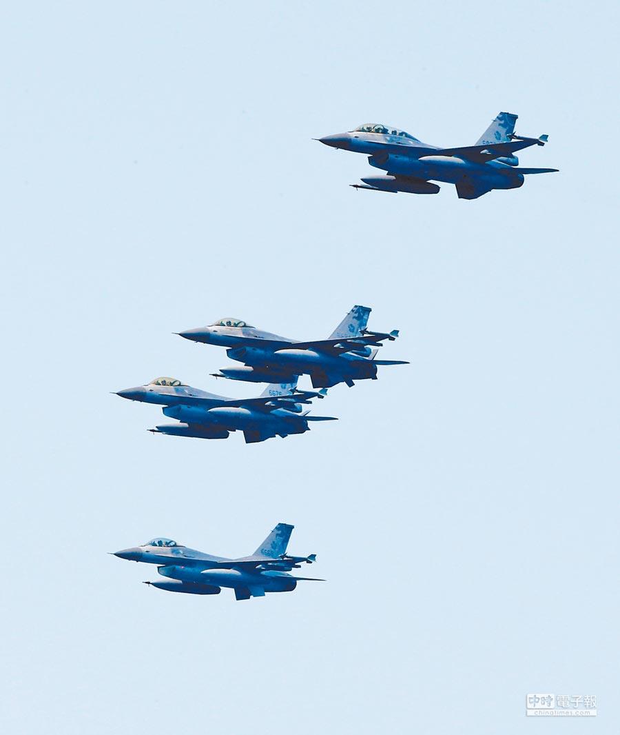 美頻打台灣牌,包含批准對台軍售案等。圖為4月13日F16戰機操演編隊衝場。(本報系資料照片)