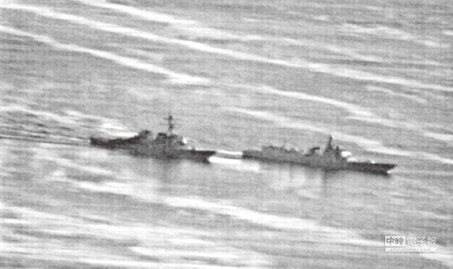 南海問題上,中美數度衝突。圖為9月30日,美驅逐艦狄卡特號(左)駛入南海,和陸驅逐艦蘭州號(右)出現「不安全」互動,兩艦僅距離41公尺。(摘自gcaptain)