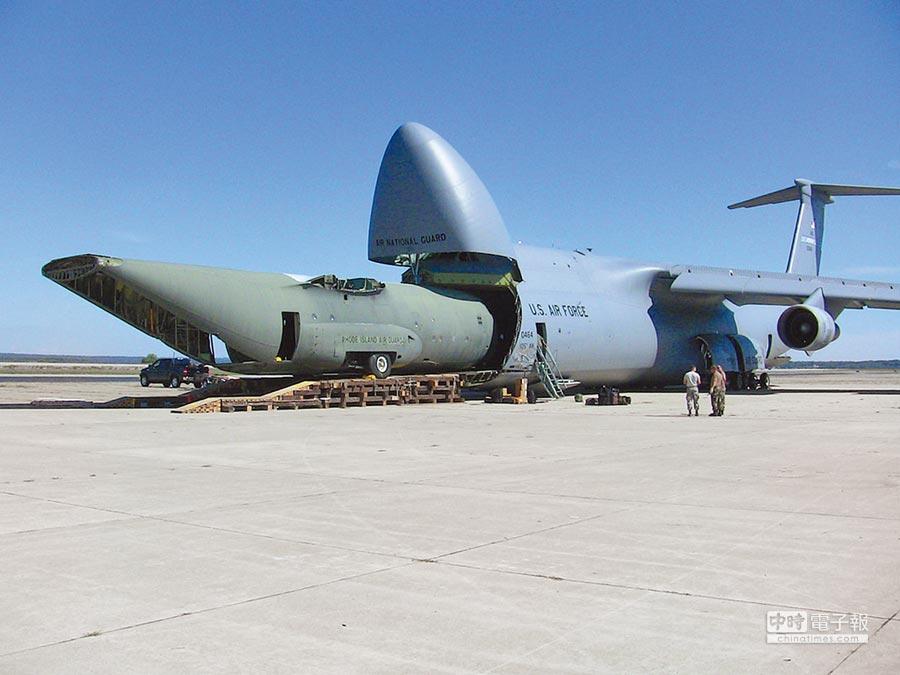 美國C-5「銀河」運輸機,運輸C-130機身。(取自美國空軍官網)