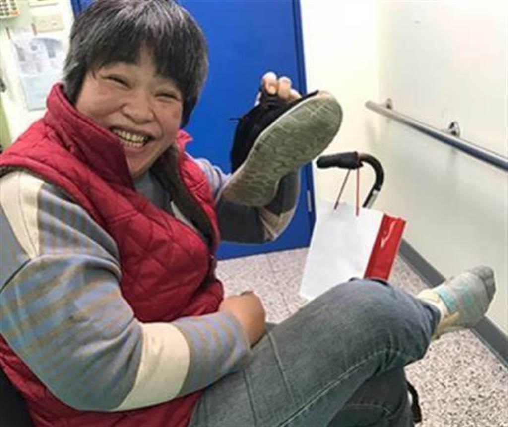 (周玲秋中風至今5年多,雖然右手右腳仍然無力,但已經能用左手自己穿鞋,走路。圖片來源:張曉卉攝)