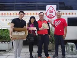 慶祝盧秀燕當選 熱血大叔捐血加碼贈雞排堡