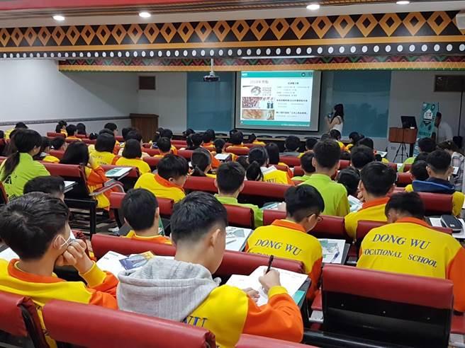 東吳高職學生認真聆聽說明會外也專心作筆記非常認真(黃珈綺攝)