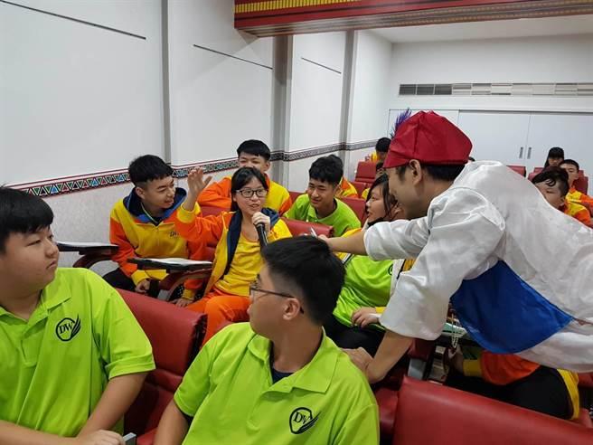 會中由卡米地喜劇俱樂部演員與學生互動融洽(黃珈綺攝)