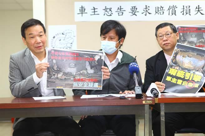 馬自達柴油車爆瑕疵,陳姓車主(中)20日在北市議員鍾小平(左)陪同下出面抗議,向馬自達要求賠償損失、提供引擎終身保固。(張立勳攝)
