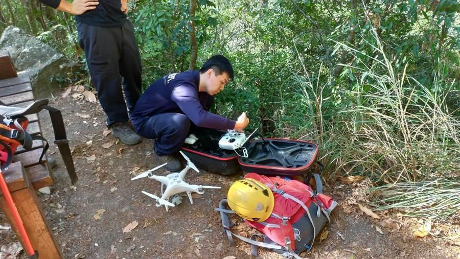 陸軍中校軍法官登山失聯,台中市消防局發動陸空搜救,並出動開拍小組,配合地面地毯式搜索。(王文吉翻攝)
