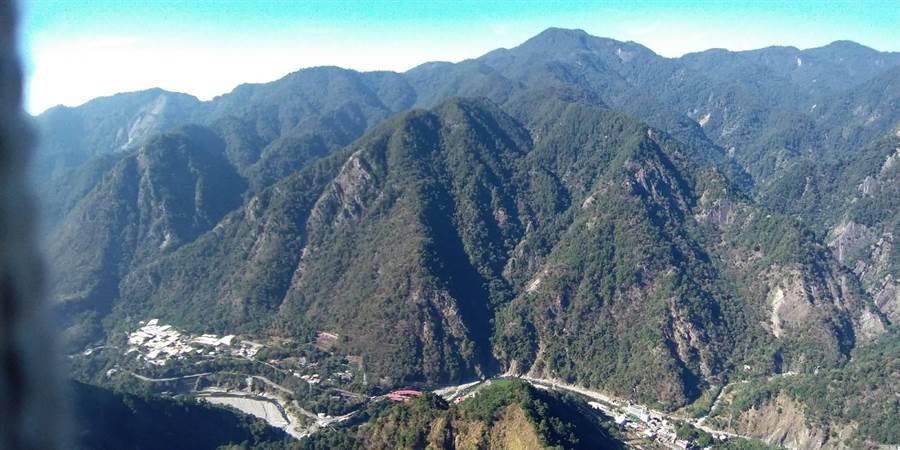 空拍小組出動空拍機,在「谷關七雄」波津加山山域盤旋勘查。(王文吉翻攝)