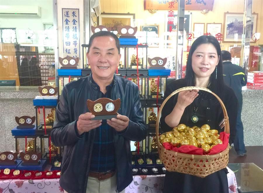紫南宮主委莊秋安(左),21日展示「豬來福」招財錢母。(廖志晃攝)