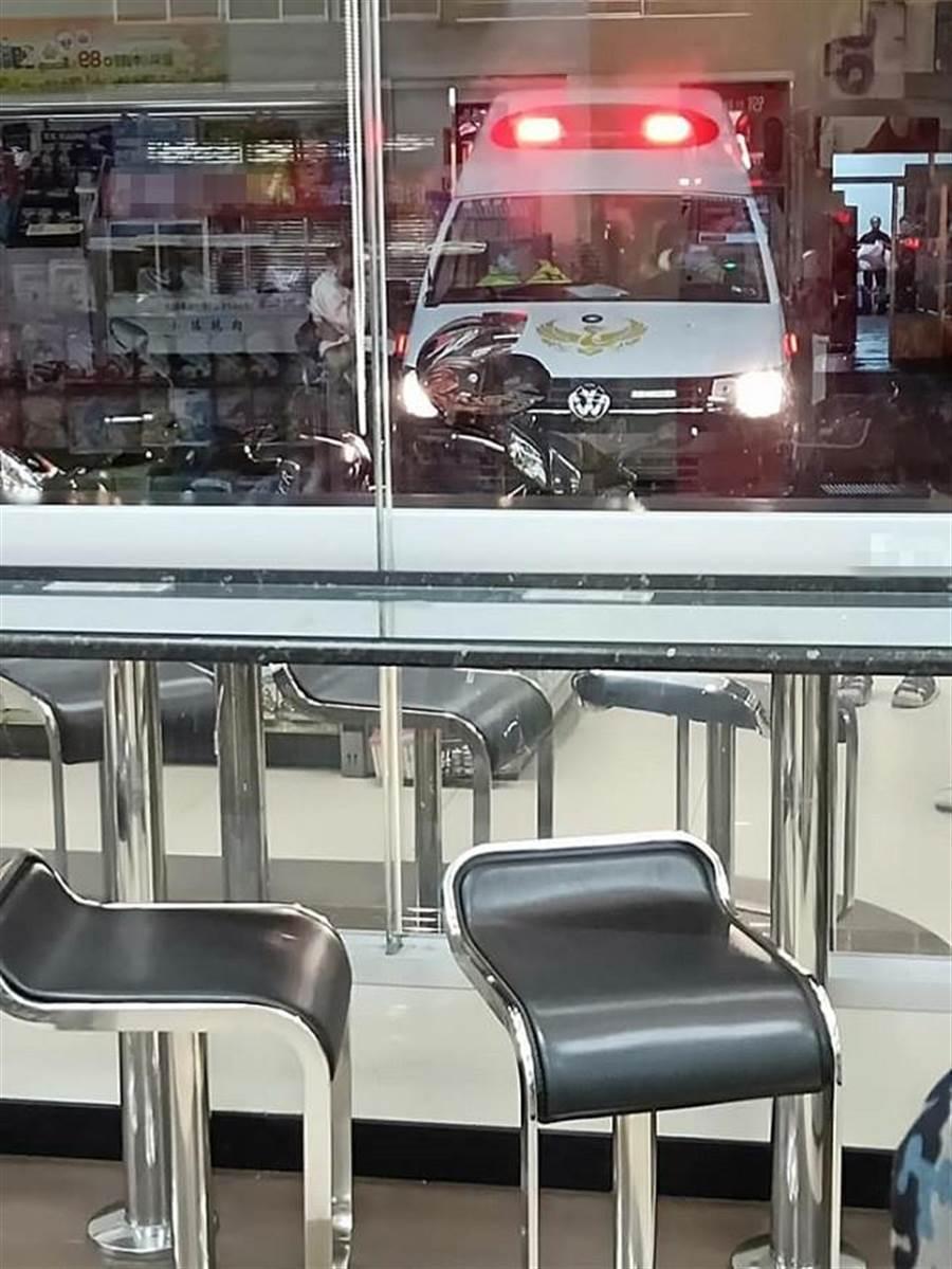 超商店員見事情不妙,趕緊將店門鎖住以保護客人並報警。(翻攝自臉書)