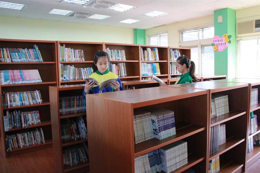 改建後的新英國小圖書室更加明亮,讓學童能有舒適環境翱翔書海。(何冠嫻攝)
