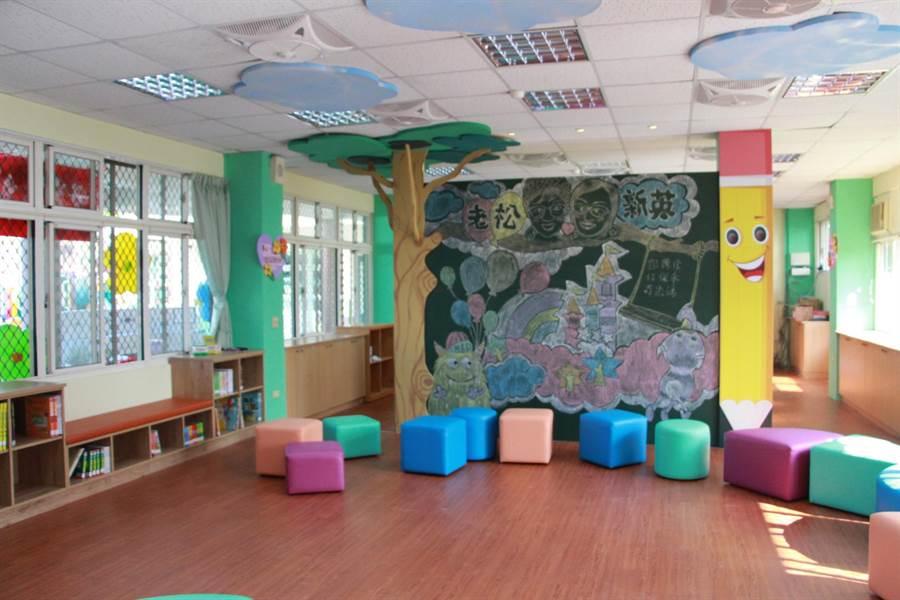 圖書室有整面的塗鴉牆,能讓學童發揮創意盡情創作。(何冠嫻攝)