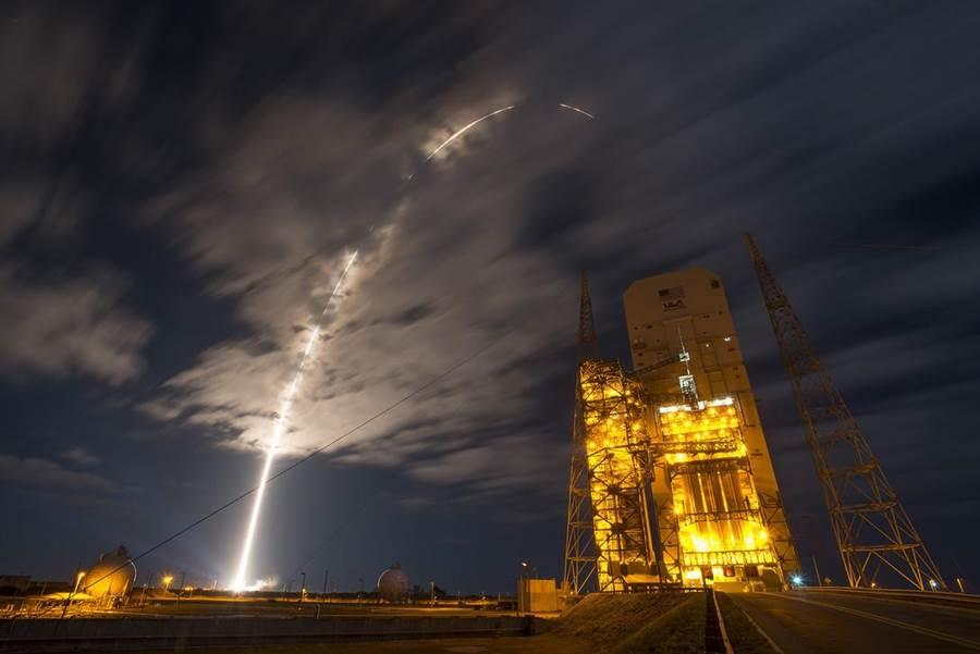 佛羅里達州卡納維拉爾角空軍基地的太空中心發射阿特拉斯V型火箭,進行對國際太空站的補給任務。(圖/美國空軍)
