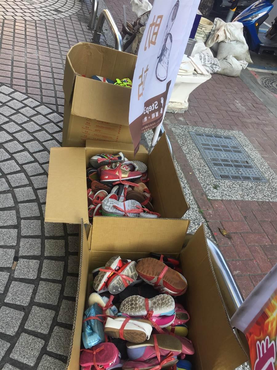 土城區清水里長江純文、台大學生劉士豪在里內發起「舊鞋救命計劃」,短短8天已募集到200多雙舊鞋。(許哲瑗攝)