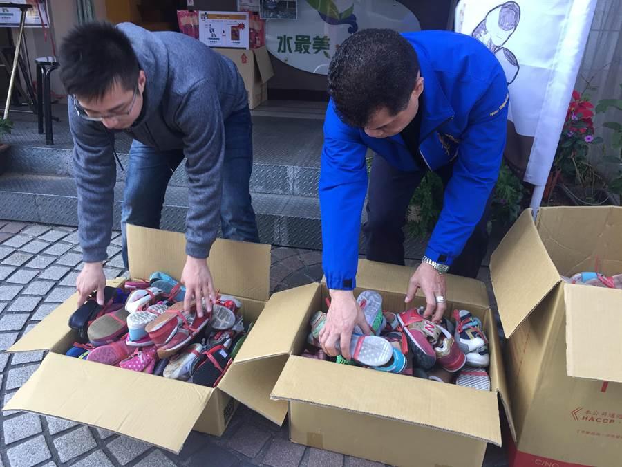 土城區清水里長江純文(右)、台大學生劉士豪(左)在里內發起「舊鞋救命計劃」,短短8天已募集到200多雙舊鞋。(許哲瑗攝)
