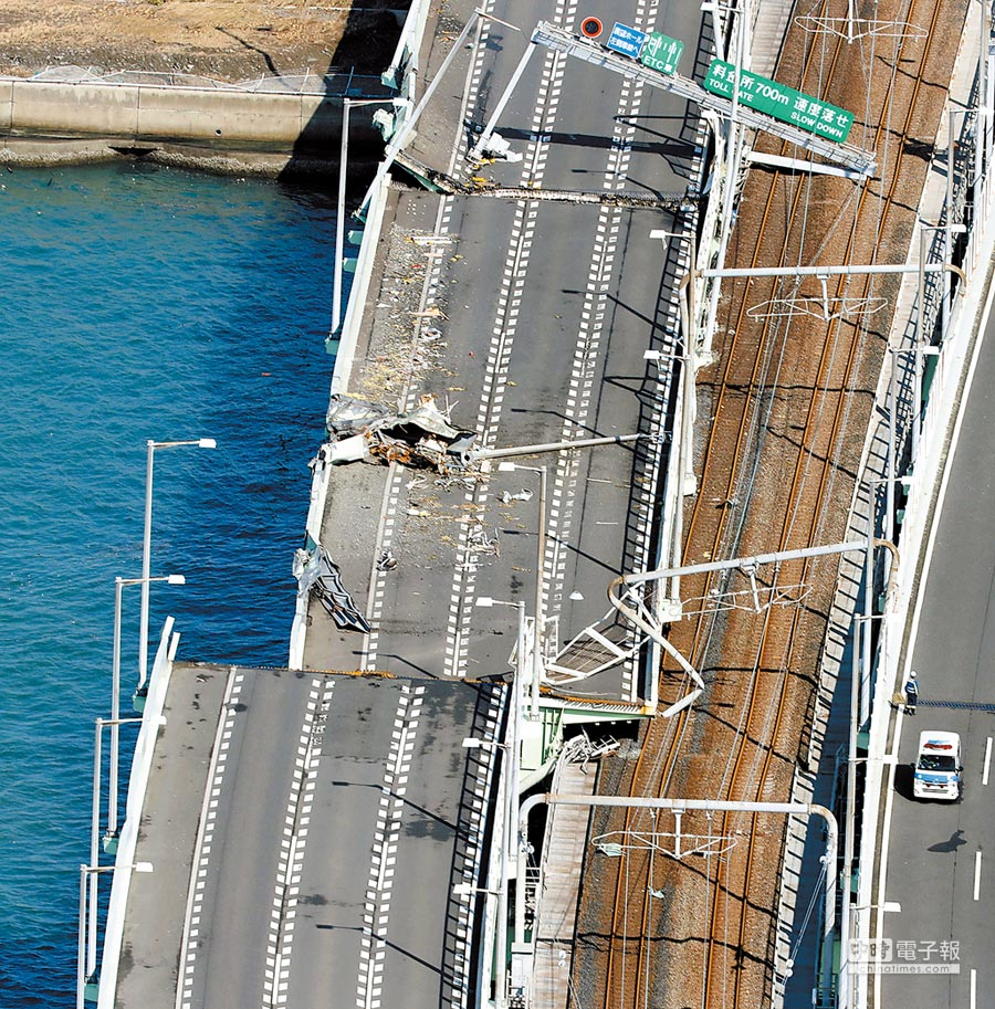 關西國際機場今年9月因颱風侵襲而關閉,其對外聯絡唯一道路也因船隻撞上大橋而暫時中斷。圖片中可以看到橋左側完全移位,但橋右側仍有車輛通行。(美聯社)