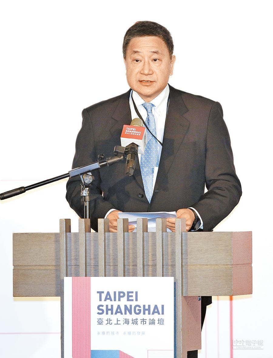 台北上海雙城論壇20日在台北晶華酒店登場,台泥集團董事長張安平為開幕式引言。(張鎧乙攝)