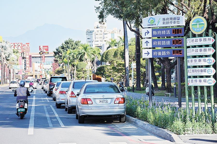 屏東市區停車格陸續導入地磁感應科技,透過APP便可查詢路旁剩餘車位,非常便民。(林和生攝)