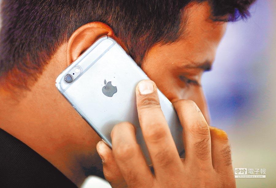 iPhone在印度市場受挫。圖為2016年7月27日在印度新德里,一名男子正使用iPhone。(CFP)