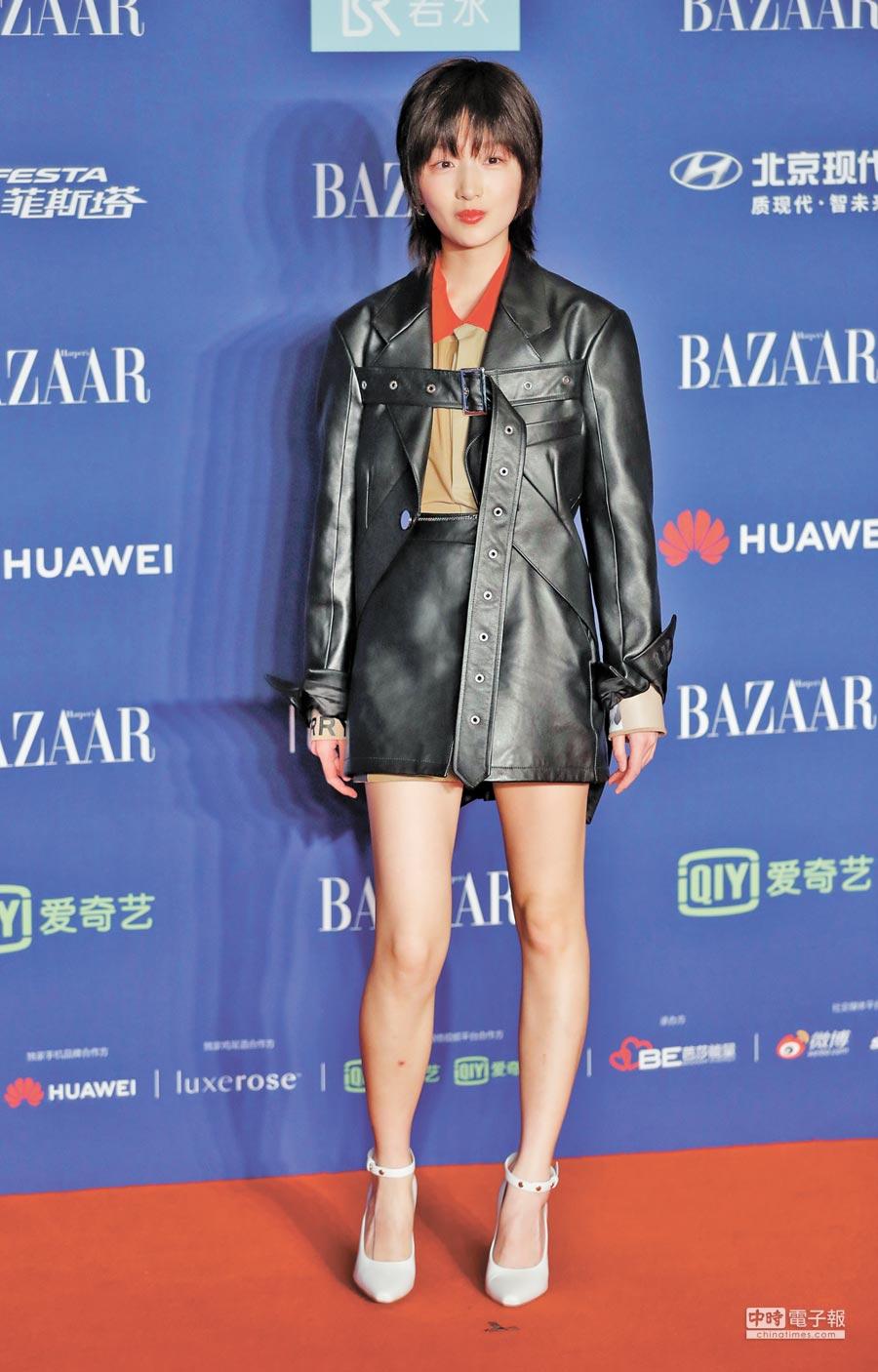 演員周冬雨10月12日出席北京2018芭莎明星慈善夜。(中新社)