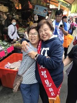 「智慧姐姐」冬至逛傳統市場開直播支持者給擁抱