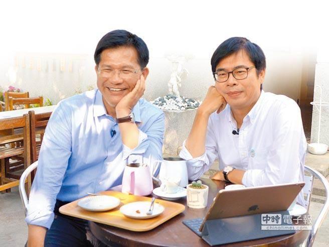 台中市長林佳龍(左)與前立委陳其邁到光復新村喝咖啡,擺出最帥的「托腮」姿勢。(林欣儀攝)