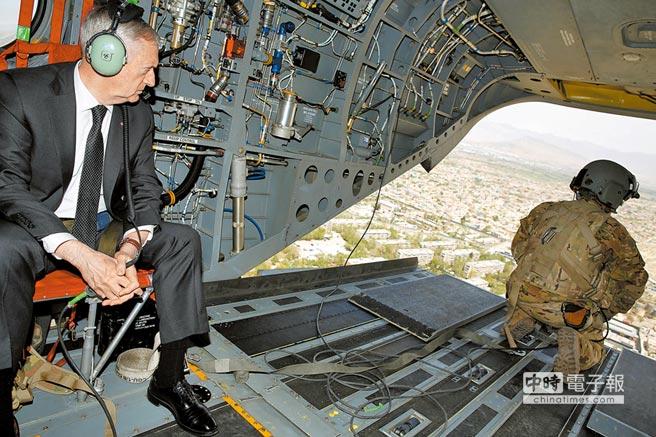 美國國防部長馬提斯(左)2017年搭直升機飛抵阿富汗首都喀布爾的北約-美國維和部隊指揮中心視察。(路透)