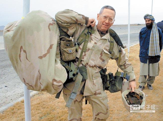 2001年12月,當時還是美軍陸戰隊准將的馬提斯扛著背包走進阿富汗坎達哈機場。(路透)