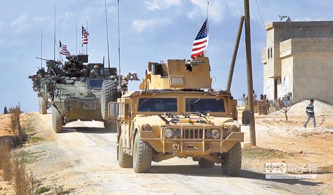 美國總統川普日前宣稱將撤出在敘利亞的部隊並減少在阿富汗的駐軍,在美國國內引發不少批評和質疑。圖為2017年3月美軍部隊正在敘利亞靠近土耳其邊境的城鎮曼比季巡邏。(美聯社)