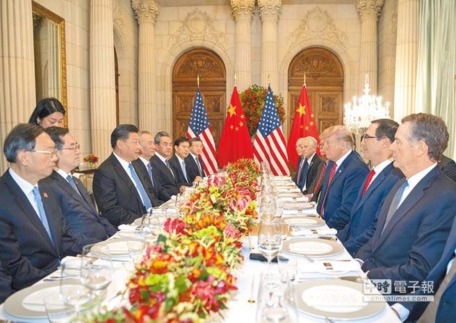 12月1日,大陸國家主席習近平(左)應邀同美國總統川普(右2)在阿根廷布宜諾斯艾利斯共進晚餐,舉行會晤。(新華社)