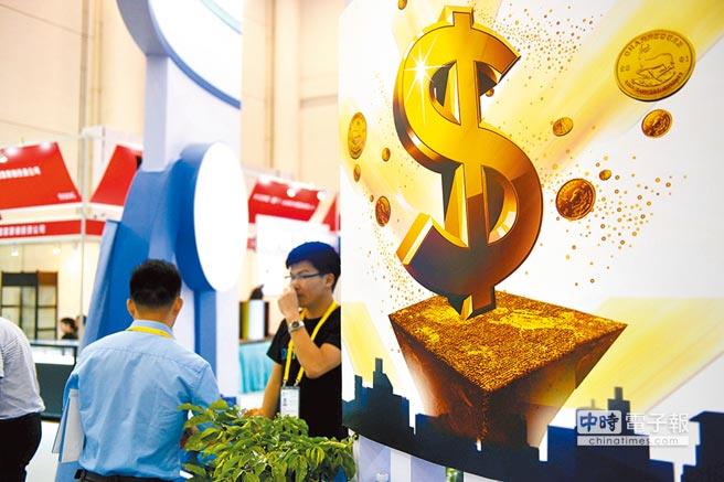 中共中央經濟工作會議指出,將推動更大規模減稅、更明顯降費,有效緩解企業融資難融資貴問題。圖為廈門一金融產業對接會。(中新社資料照片)