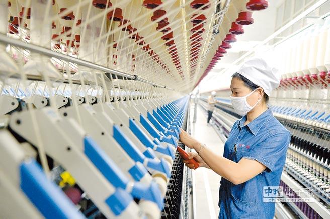 大陸堅持供給側結構性改革。圖為12月20日,工人在河北邢台經濟開發區一家紡織企業的工廠工作。(新華社)