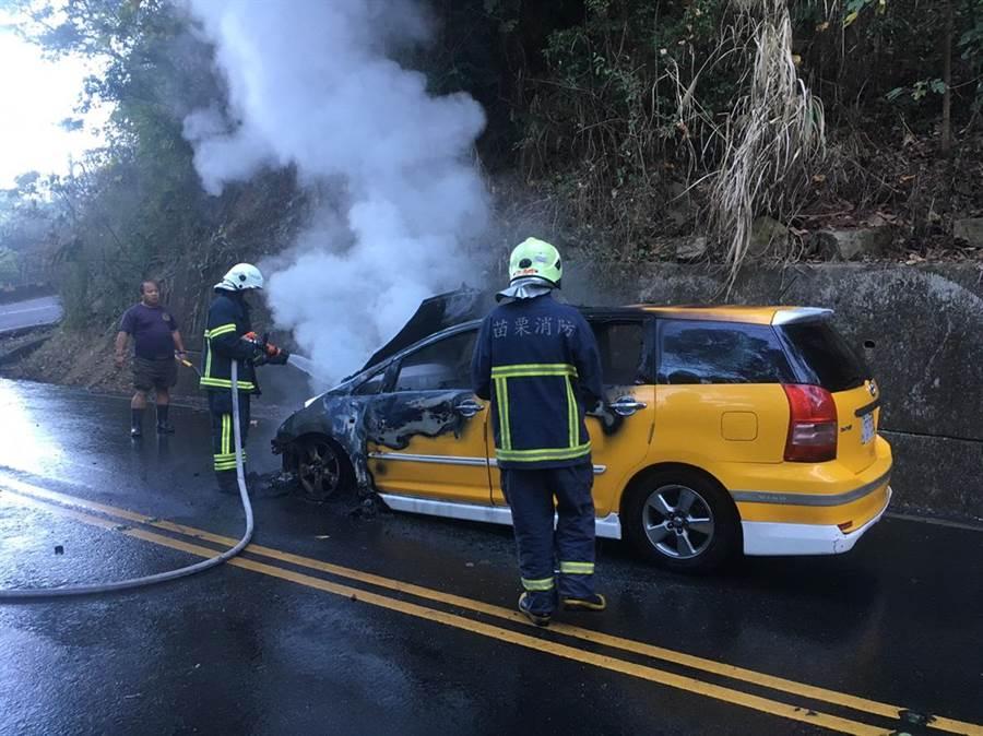 消防人員趕到隨即撲滅火勢,車上5人皆無受傷。(巫靜婷翻攝)