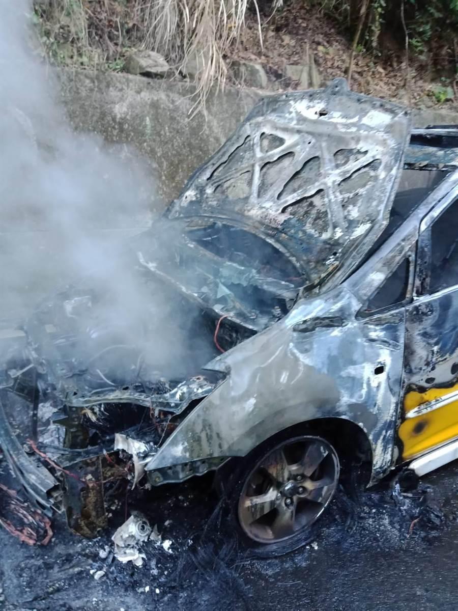 計程車燒得焦黑,支離破碎、車頭全毀,恐將報廢。(巫靜婷翻攝)