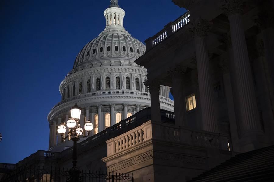 隨著美國國會參議院21日晚宣布休會,聯邦政府部分部門面臨關門命運。圖為美國國會大廈。(美聯社)