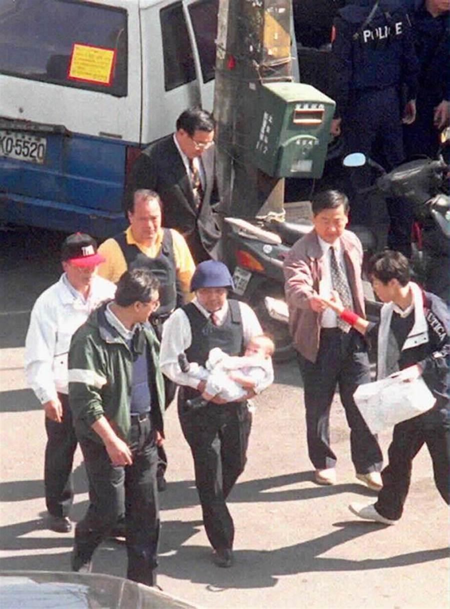 陳進興中午將南非武官卓懋祺領養的七個月大幼兒釋放, 由警方人員侯友宜抱出官邸。(本報攝影中心)