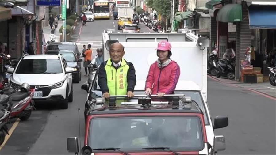前行政院長蘇貞昌(左)在新北市長選舉敗選,新北市議員林裔綺(右)在東北角進行車隊謝票。(張穎齊攝)