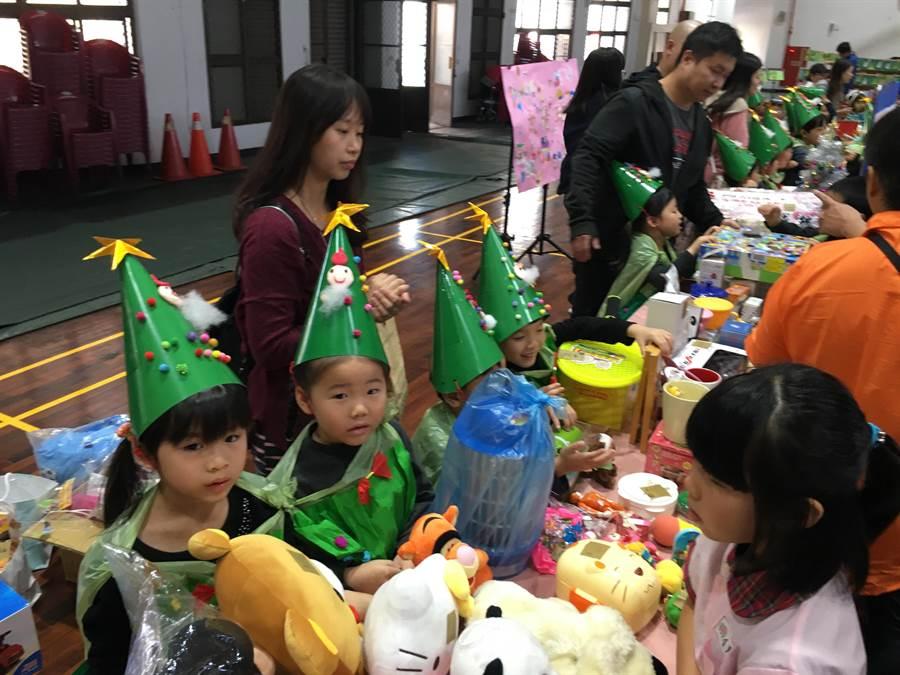 富春國小附幼舉辦大型跳蚤市集義賣,匯集滿滿孩子的愛心。(陳淑娥攝)